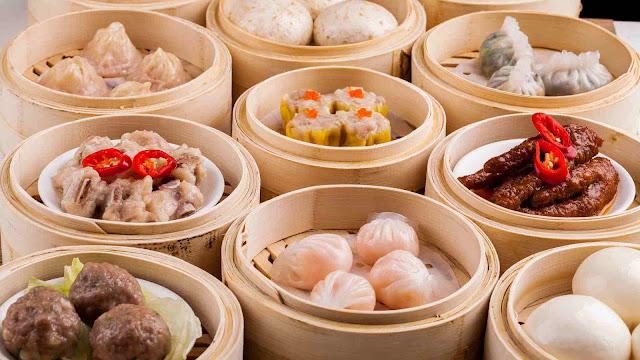 Điểm tâm (dim sum) là một loại hình ẩm thực Trung Hoa bao gồm rất nhiều món ăn nhẹ hợp lại và thường phục vụ vào buổi sáng. Đây cũng là một phần không thể thiếu trong văn hóa ấm thực của người Quảng Đông.