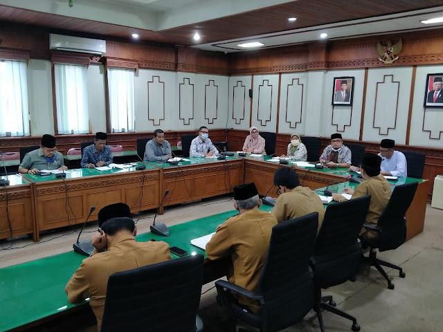 Ketua Komisi VI DPR Aceh, Tgk H Irawan Abdullah, S.Ag saat memimpin pertemuan khusus antara Komisi VI DPRA dengan Dinas Pendidikan Dayah Aceh di ruang Banmus DPRA pada Selasa (05/05/2020)