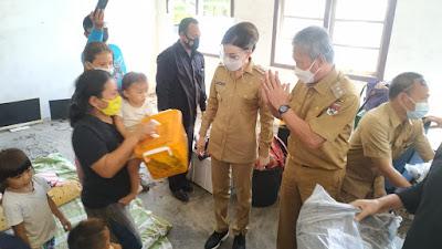 Bupati CEP Ajak FDW Tinjau Langsung Keluarga Terdampak Banjir di Desa Tumpaan.