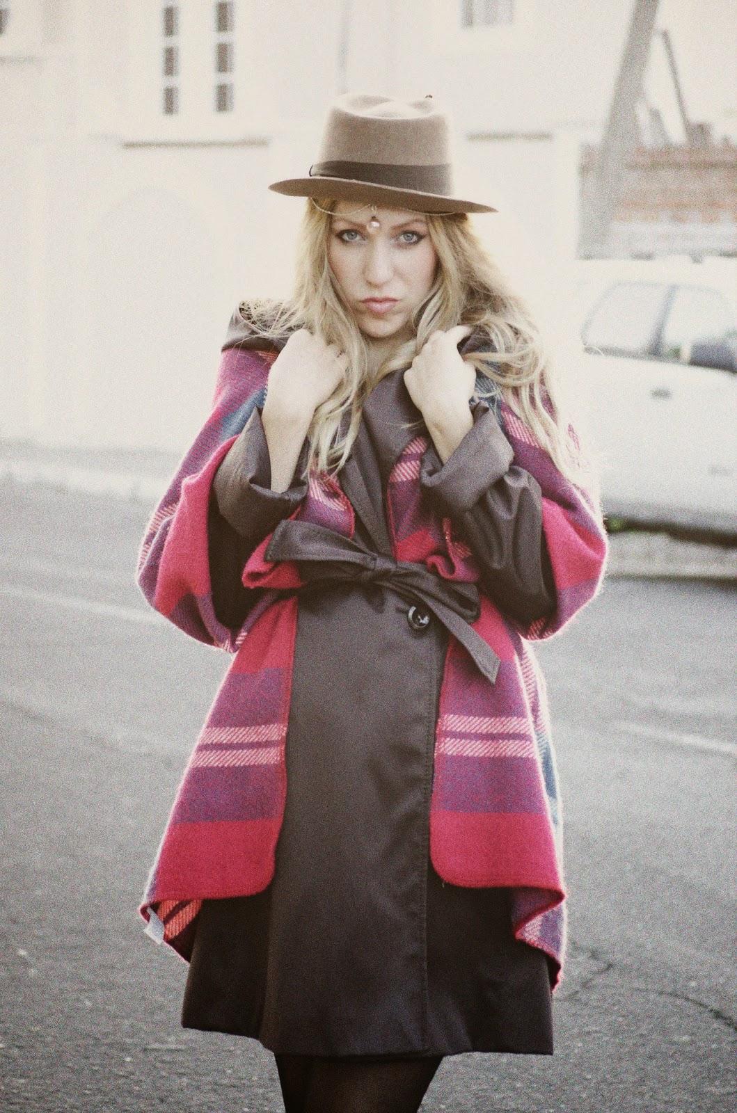 Como llevar manta como poncho capa