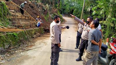 Kapolsek Gunungsari, Iptu Surya Irawan, menghentikan aktivitas pengkavlingan tanah di Desa Guntur Macan, Kamis (28/1).
