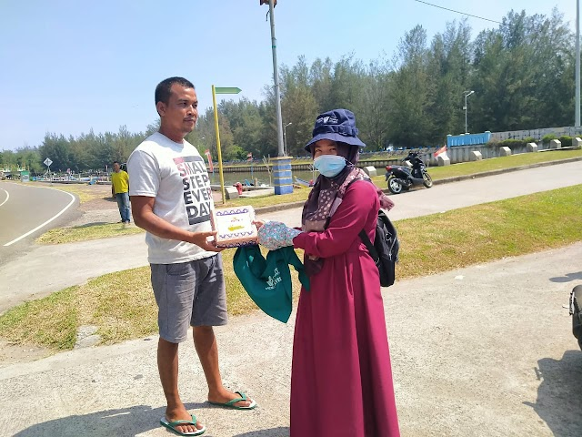 Bekerjasama Dengan Dompet Duafa Singgalang, Dosen STIT Syekh Burhanuddin Bagikan Langsung Nasi Kotak Kepada Nelayan