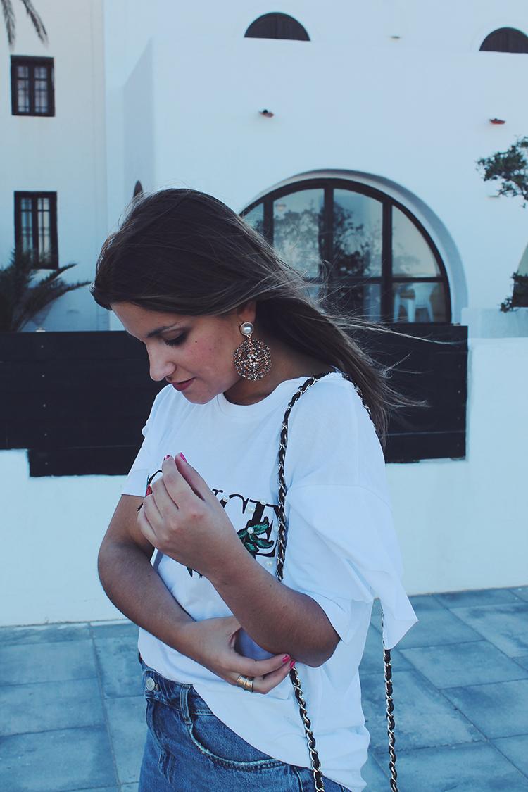 Look con maxi pendientes de perla de Zara
