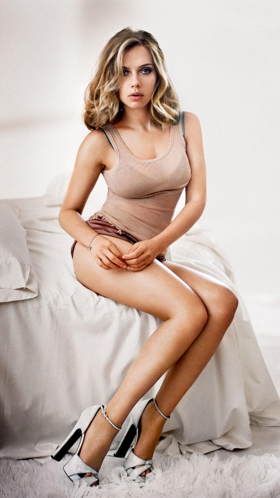scarlett johansson poster seksi dengan tanktop