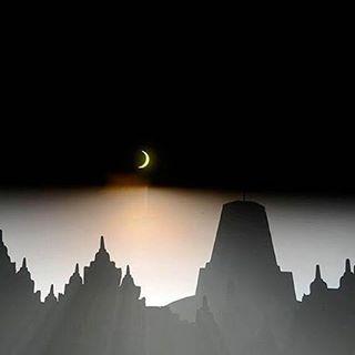 Fenomena gerhana matahari sebagian yang membentuk bulan sabit di Candi #Borobudur, Kabupaten Magelang, Jawa Tengah