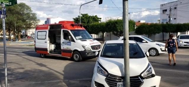 Carro bate em poste ao tentar desviar de ambulância do SAMU, em Patos
