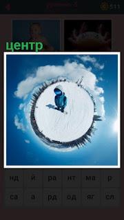 в центре круга зимой стоит один человек