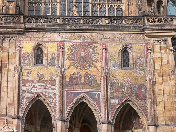 Portal dorado en Catedral de San Vito Praga