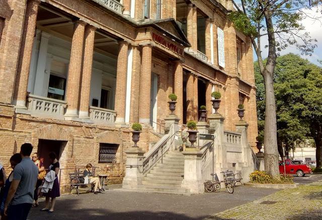 Prédio em tijolos cor de terra, com colunas na fachada, que abriga o museu Pinacoteca, em São Paulo