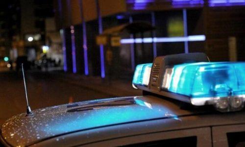 Ένα συνηθισμένο συμβάν πήρε απροσδόκητες διαστάσεις στην Αμφιθέα Ιωαννίνων. Μάλιστα είχε ως αποτέλεσμα τον ελαφρύ τραυματισμό δύο αστυνομικών οι οποίοι δέχθηκαν την επίθεση ομάδας Ρομά.