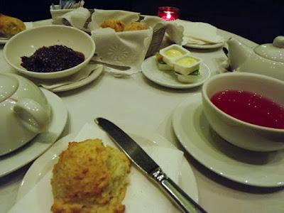 mesa de cha com chá scones, manteiga e compota