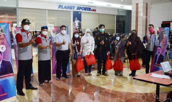 Reses III,  Yunandar Memfasilitasi Vaksinasi Massal  Di Gedung Istana Plaza Bandung