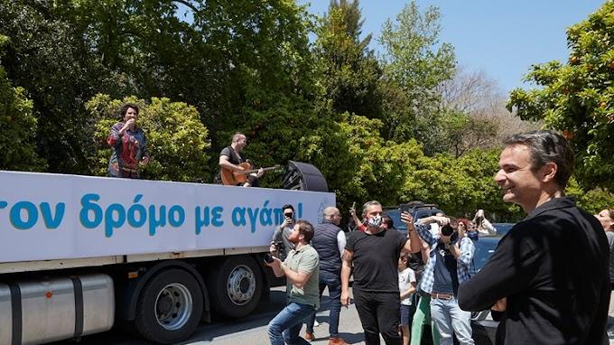 Ο Δήμος Αθηναίων αποζημιώνει τον Σταμάτη Κραουνάκη για την κινητή συναυλία της Πρωτοψάλτη