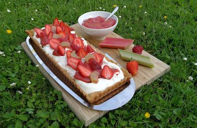 Frühsommerliche Tarte mit Schmand, Erdbeeren und Rhabarber