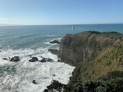 足摺岬展望台から灯台を見る