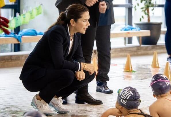 Crown Princess Mary wore a navy blazer and trousers from Hugo Boss. Agnesy Regular fit jacket and Hefena trousers. Nike fly trainers