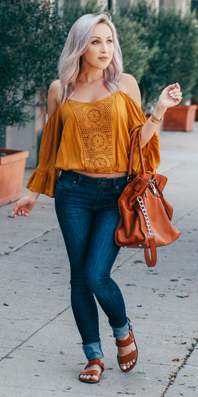 Need Style Inspiration for Fall Season. See these 31 Most Popular Fall Outfits to Truly Feel Fantastic. Fall Style via higiggle.com | crop top +jeans | #fall #falloutfits #jeans