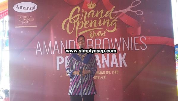 DIBUKA : Ibu Walikota Ponbtianak  Yanieta Arbiastutie,  memberikan kata pengantarnya sebelum meresmikan outlet Amanda Brownies Pontianak, di Jalan Sultan Abdurrahman nomor 114 B, Pontianak, Sabtu (22/12/2018) pagi. Foto Asep Haryono