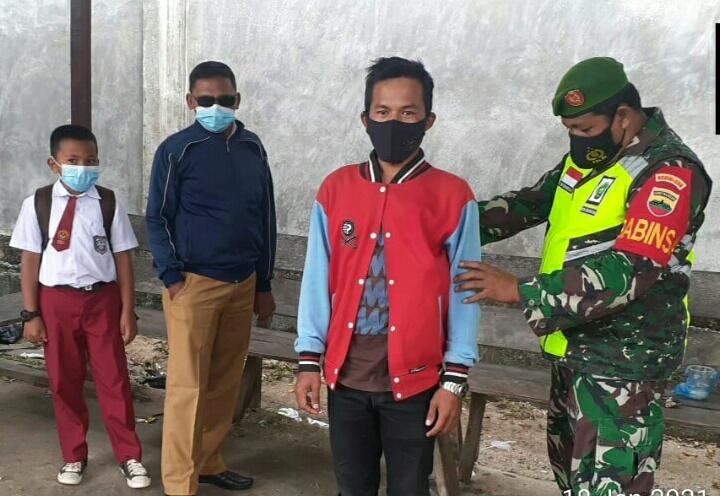 Lakukan Komsos, Babinsa Erwin Sidabutar Sosialisasikan Penerimaan SECATA TNI-AD Gelombang I Tahun 2021