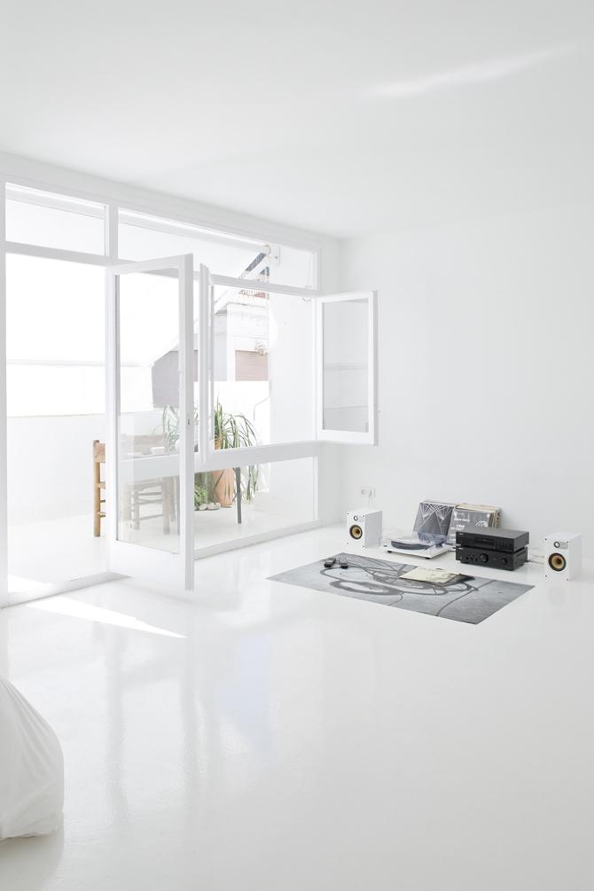 En este salón minimalista solo lo esencial: música y libros