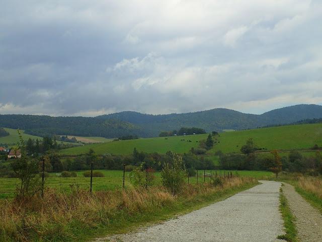 Lackowa i okolice od strony wsi Izby