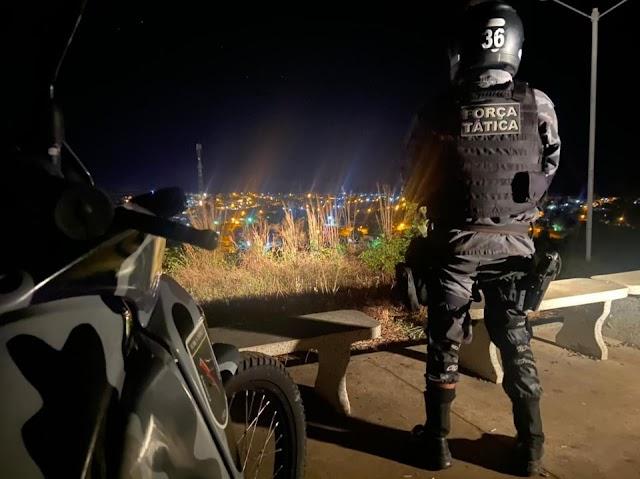 GPM de Elesbão Veloso e Força Tática realizam abordagens no Centro e autuam 3 por pertubação do sossego público.
