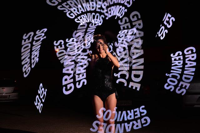 Espetáculo com luzes de malabar que desenham logo e frases no ar para eventos empresariais.