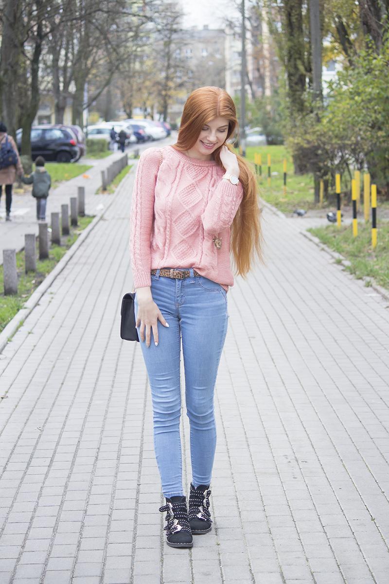 Różowy sweter z wzorem i złote dodatki