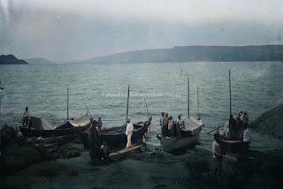 kapal mereka di tepi pantai danau toba