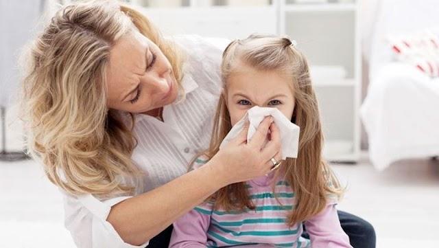 Πώς να μάθετε στο παιδί να φυσάει τη μύτη του