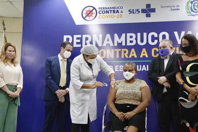Técnica de Enfermagem do Hospital Oswaldo Cruz é a primeira pessoa vacinada em Pernambuco