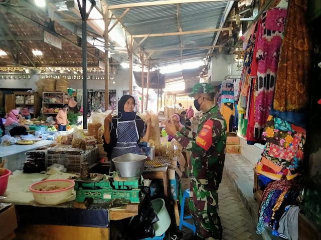 Babinsa Cawas Adakan Pengawasan Pengunjung dan Pedagang Pasar