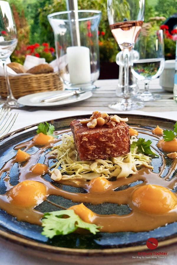 Krosser Schweinebauch vom Berskshire-Schwein vom Hofgut Silva, 18 Stunden bei 75 °C gegart mit asiatischem Spitzkohlsalat, Süßkartoffel und Erdnuss
