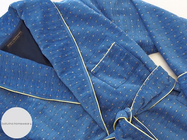 Langer exklusiver Luxus Hausmantel für Herren aus weicher Baumwolle in Königsblau und Marineblau im englischen Stil.