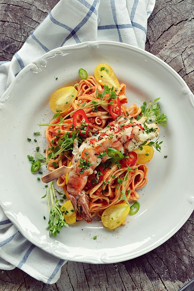 Pomidorowe tagliatelle z grillowaną krewetką olbrzymią