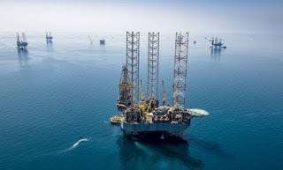 Petróleo tem queda inédita de 305% e é cotado abaixo de zero