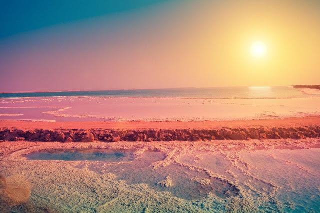Là khu vực khảo cổ học phía tây nam Jordan, giữa thung lũng lớn chạy từ Biển Chết đến vịnh Aqaba, Petra sở hữu nền văn hóa tinh tế, kiến trúc đồ sộ và tổ hợp các con đập, kênh nước độc đáo. Thành cổ đã được UNESCO công nhận là Di sản Thế giới. Phần lớn sự hấp dẫn của Petra đến từ khung cảnh ngoạn mục nằm sâu bên trong hẻm núi đá.