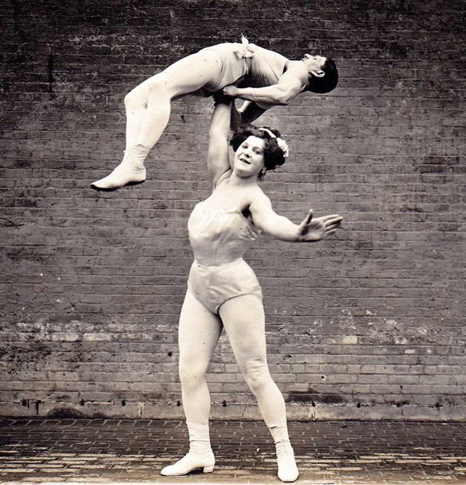 "La ""Gran Sandwina"" levanta a su esposo sobre su cabeza."