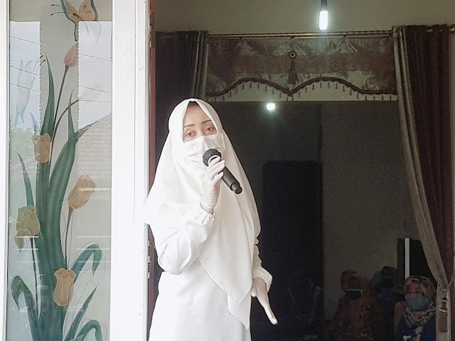 """Mojokerto - majalahglobal.com : Calon Bupati Mojokerto, Hj.dr.Ikfina Fahmawati, M.Si menggelar kampanye di Rumah Achmad Baidowi yang beralamatkan di Dusun Solorejo, Desa Karang Diyeng, Kecamatan Kutorejo, Kabupaten Mojokerto, Rabu (7/10/2020) Pukul 11.30 WIB.  Ikfina Fatmawati dalam sambutannya mengatakan jika Ikfina-Barra (IKBAR) mempunyai program Mojokerto Indah.  """"Bukti nyatanya program tersebut adalah peningkatan pembangunan infrastruktur desa dan pengelolaan sampah dan limbah rumah tangga dan industri serta peningkatan tata kelola TPA,"""" ujar Ikfina. (Jayak)"""