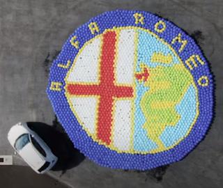 Luftballon in der Werbung Logo von Alpha Romeo.