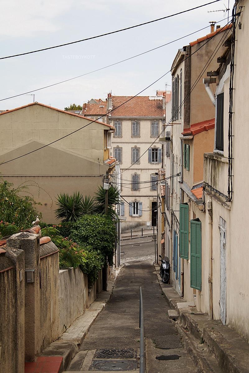 Marseille Straßen Berg bei der Basilika | Interrail-Reise Sommer | Tasteboykott