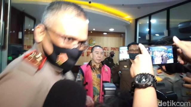 Usai Diperiksa, Djoko Tjandra Keluar dari Gedung Bundar Tanpa Masker