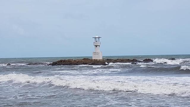 เหนือดหาดเป็นเนินลาดชันขึ้นเขาสูง ทางด้านทิศใต้ของหาดอยู่ติดกับอุทยานแห่งชาติเขาหลักลำรู่ ทางด้านทิศเหนืออยู่ติดกับหาดบางเนียง และด้านขวามือของหาด มีหาดทรายดำ