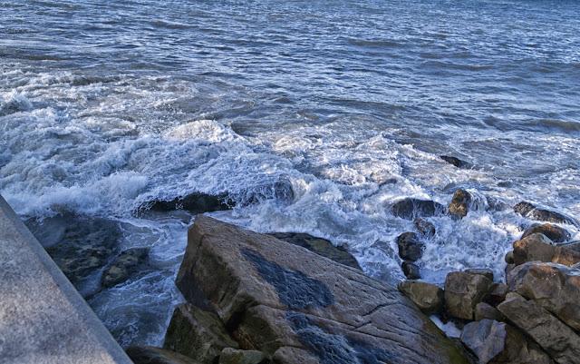 El mar rompiendo en la escollera
