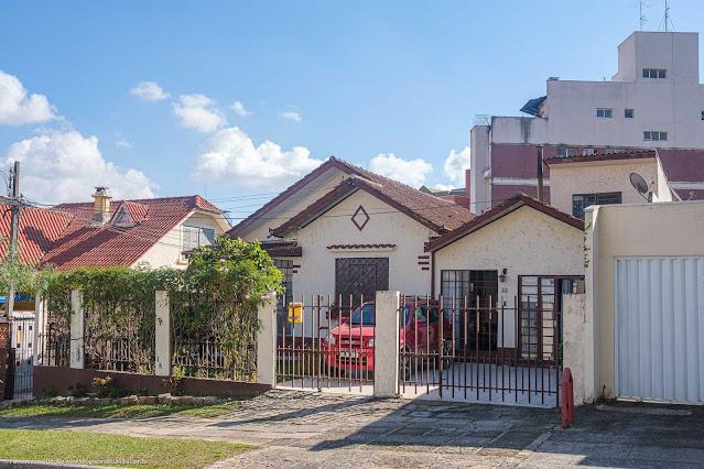 Casa com diversos detalhes decorativos na fachada, entre eles um losango