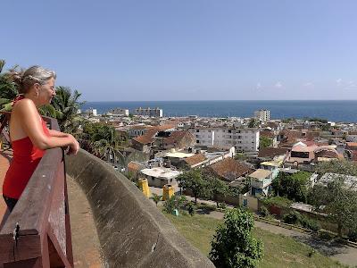 Kube, Baracoa, Terrasse des Hotels Seboruco, Blick über Baraco und Bahía de Baracoa.