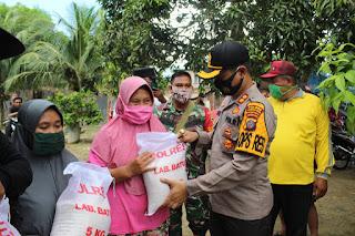 Korban Banjir Merbau Labura, Kapolres Labuhanbatu Salurkan Beras 600 Kg Minyak Goreng 100 Kg