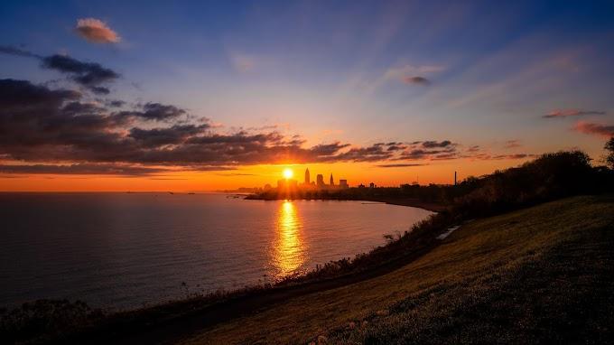 Pôr do Sol Lindo, Mar, Cidade no Horizonte