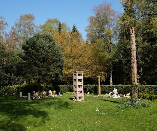 Wo man sein Sternenkind begraben kann: Das Grabfeld auf dem Urnenfriedhof Kiel. Ich zeige Euch auf Küstenkidsunterwegs einen wunderschönen Kieler Friedhof mit einem Grabfeld für Kinder, die z.B. durch eine Fehlgeburt, zu früh verstorben sind und dort in einem Sammel- oder Einzel-Grab liebe- und würdevoll bestattet werden können. Weil auch die Kleinsten ein Recht auf einen angemessenen Abschied haben!