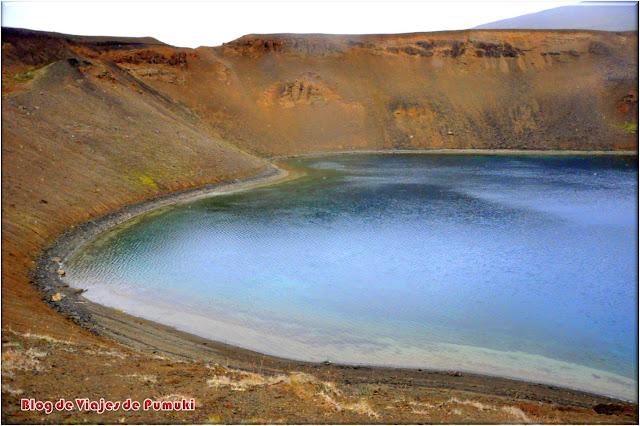 En la caldera volcánica de Krafla hay una gran actividad geotérmica. El crater Viti alberga un lago en su interior.